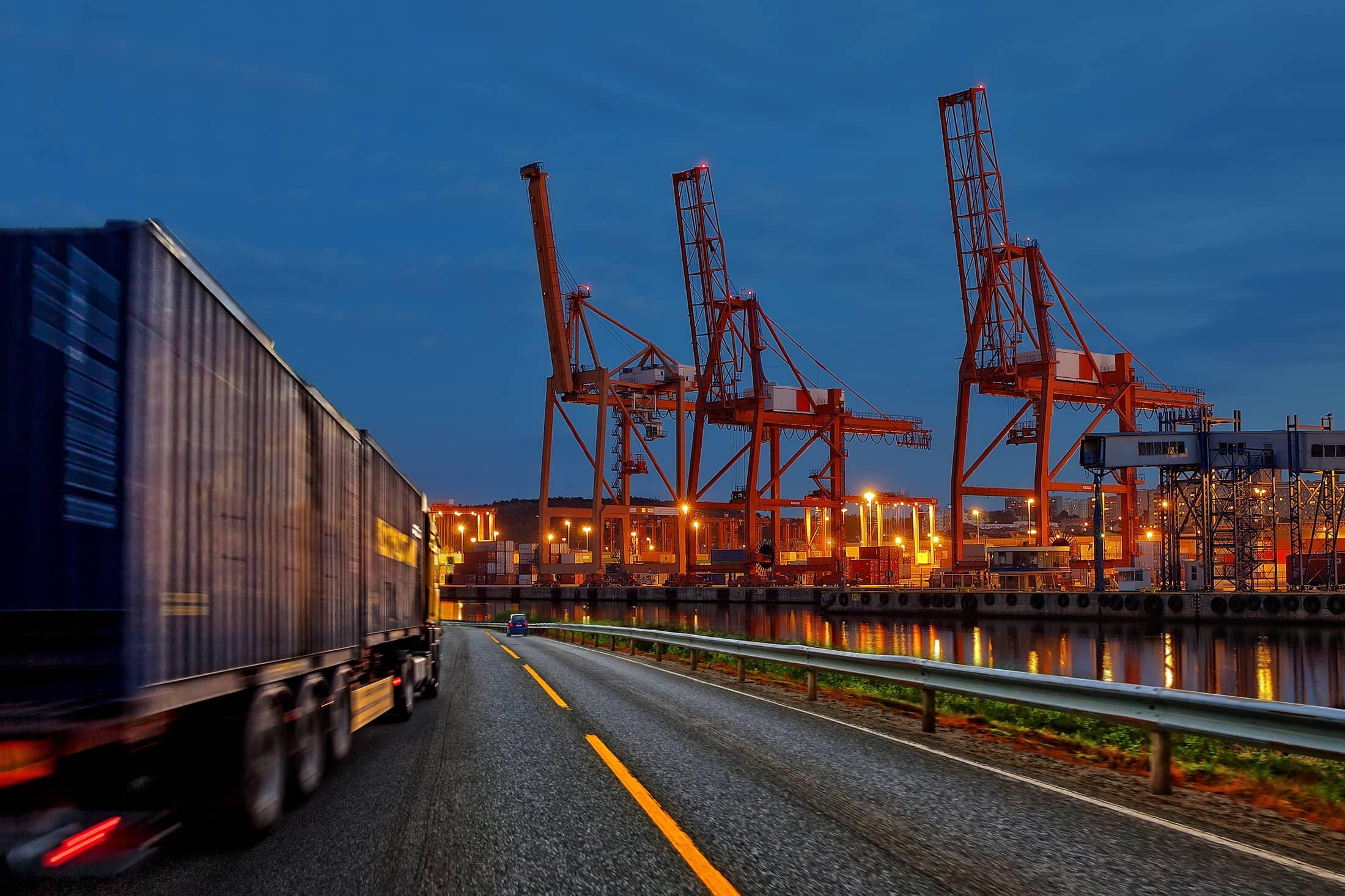 vrachtwagen onderweg naar de haven met een zeecontainer   TTN B.V.